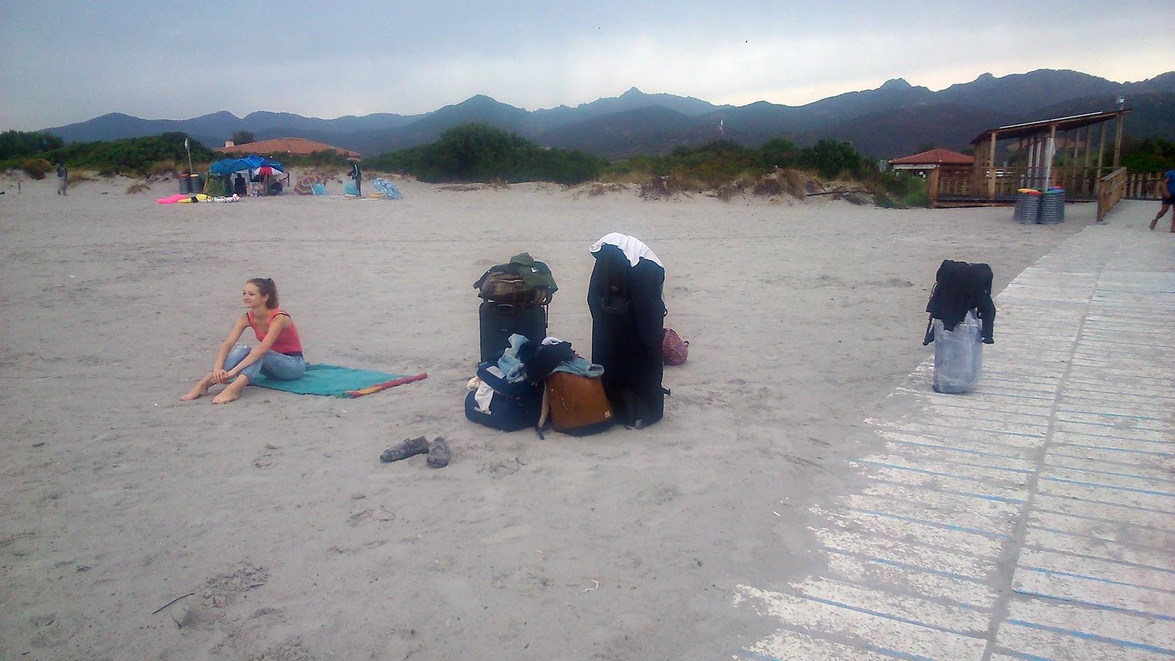 Мы на пляже Ла Чинта с чемоданами утром. Только приехали.