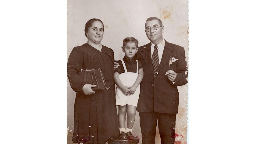 Ginés Carmona garcía, su esposa Beatriz Gallardo y su hijo Antonio, en 1945.