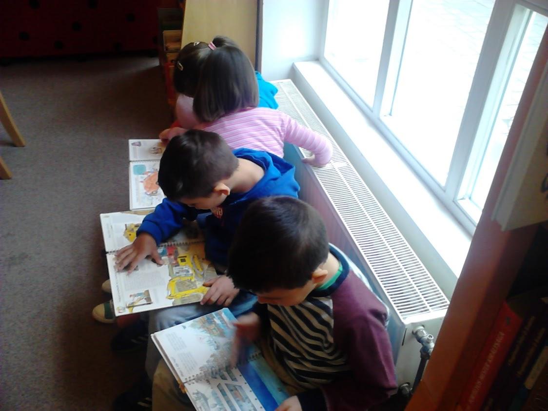 könyvet olvasó gyerekek