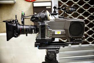"""Photo: Pour plus de flexibilité nous avons choisit de tourner les scènes """"d'actions"""" avec un Zoom Optimo 28-76mm. A noter la tige d'accessoire haute pour le moteur de point HF, très pratique !"""