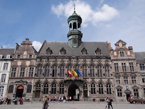 Photo: Hôtel de ville, façade gothique et son campanile, flanqué de dux pavillons du 17 è s.