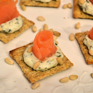 Smoked Salmon with Creamy Pesto Crackers Recipe