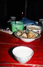 Photo: 03424 シリンホト近郊/ノルボ家/食事/乳製品各種/炒米(炒った粟)とジョッヘ、砂糖をかき混ぜて食べる。