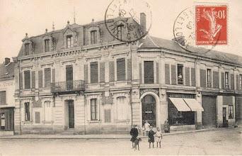 """Photo: A l'opposé sur la place du champ de Foire le magasin """"Au Bon Marché"""" ce bâtiment fut aussi la Poste dans les années 50/60"""