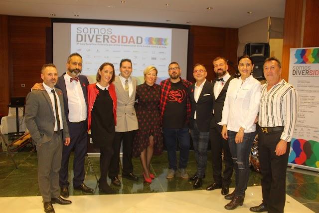 El presidente de Colega, la chef Yolanda García; el maître, Javier González; la diputada nacional y asistentes a la gala.