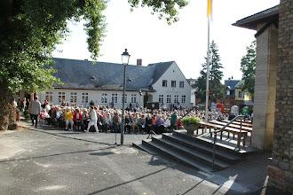 Photo: Fejring af Hildegard - Mange mennesker venter på fejringen af Hildegard