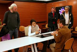 Photo: Laura MARCOLINI legge il portfolio di Paolo Gaetano DE MAIO