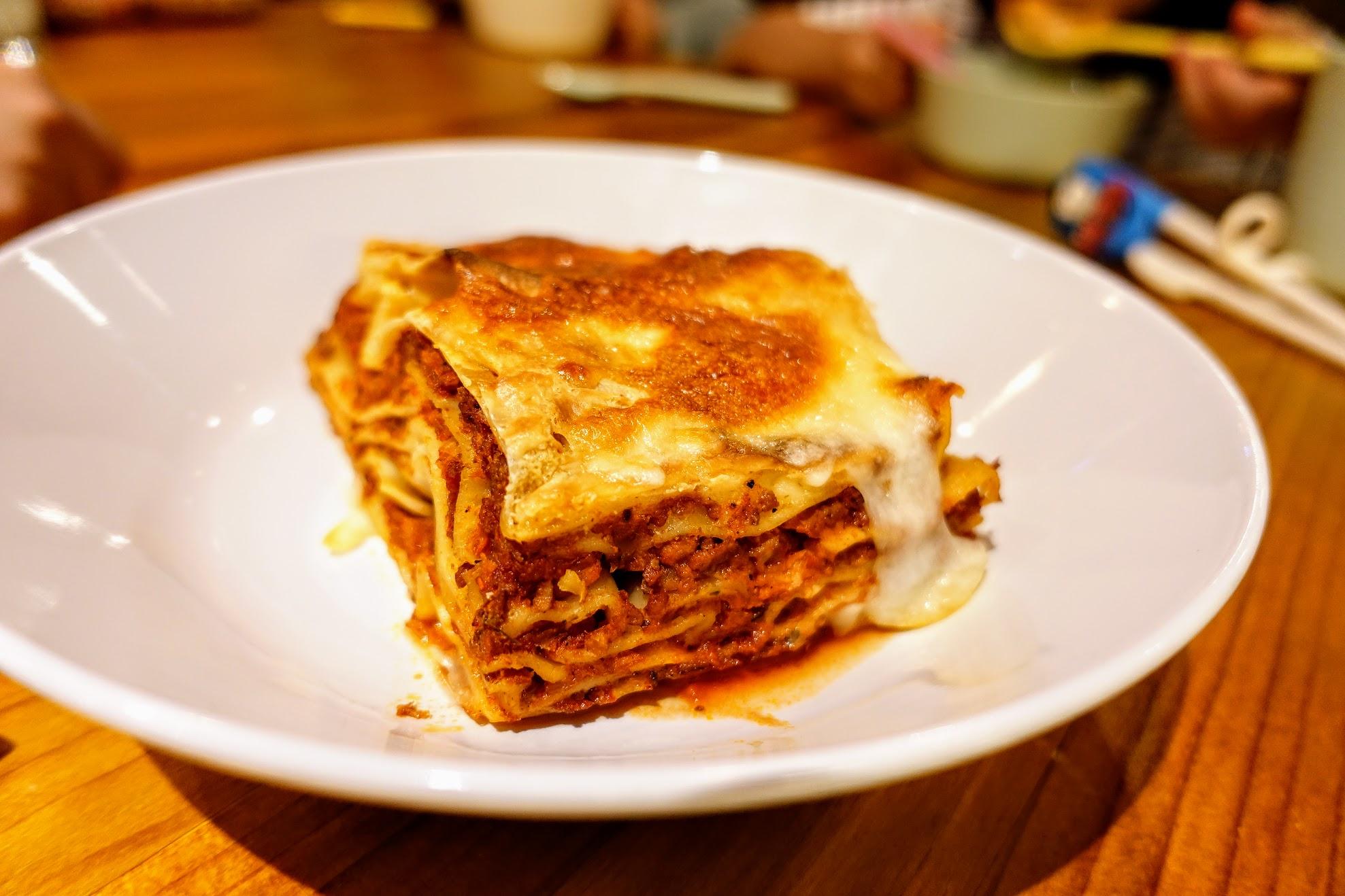 波隆那肉醬千層麵,是焗烤的,中間一層一層夾著肉醬,用起司去烤,吃起來帶著點甜甜和起司的香味