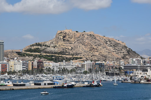 DSC_1384.jpg - Mount Benacantil on the Mediterranean and port opening, great view from beaches.