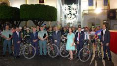 Las primeras autoridades junto a los peregrinos del Club Ciclista Blandiblu.