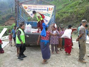 Photo: Voluntarios de la Fundació Casa del Tibet con los afectados en la aldea de Khalte, distrito de Dhading.