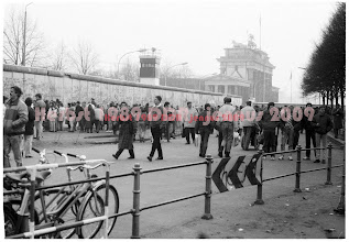 Photo: Berliner Mauer 89 (west) im November 1989  Mr. Gorbatschow, tear down this wall! (Reagan)