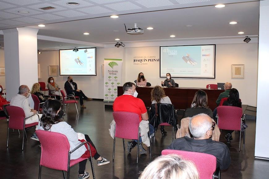 El salón cultural de Unicaja acogió el acto literario.