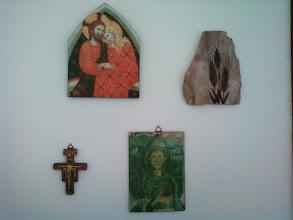 """Photo: Imagens de uma parede do meu quarto: Jesus e Madalena, o crucifixo (de ?), São Francisco (uma imagem de """"Francisco"""" gravada na gruta de São Bento, na Itália (foto minha) e uma lembrança de Atenas, imagem do trigo gravada na pedra... Coisas da vida!"""