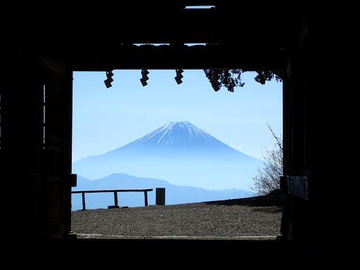 随身門の先に富士山