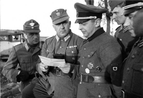 Бронислав Каминский в окружении немецких офицеров