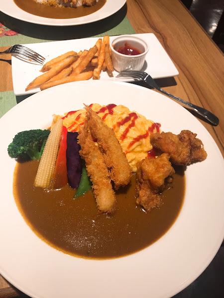 雙人套餐附贈的起司薯條有點太油,兩個咖喱飯表現都不錯,沙拉醬偏酸