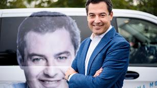 El candidato del PP, junto al vehículo en el que se desplaza por Andalucía