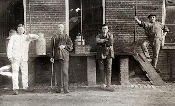 Photo: personeel fabriek v.l.n.r. J. Jansen, L. Timmer, Hs. Martens en dhr. Wever