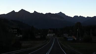 Photo: Ostatnia miejscowość po polskiej stronie - Jurgów, a przed nami Tatry Bielskie z najwyższym Hawraniem ( 2152m,po lewej) zaś za drogą w tle szczyt Kołowego Wierchu (2418m(