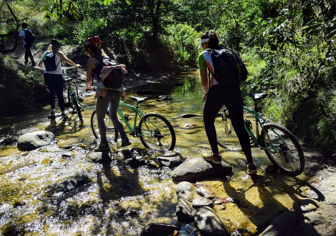 Atravessando mais um rio para chegar na Cachoeira da Farofa, no Parque Nacional da Serra do Cipó