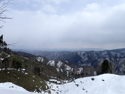 雪が少ない…(奥の北アルプスは霞がかかる)
