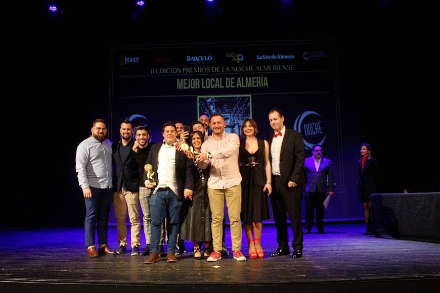 La Clásica recibió su galardón de los Premios de la Noche Almeriense de manos de Curro Verdegay.
