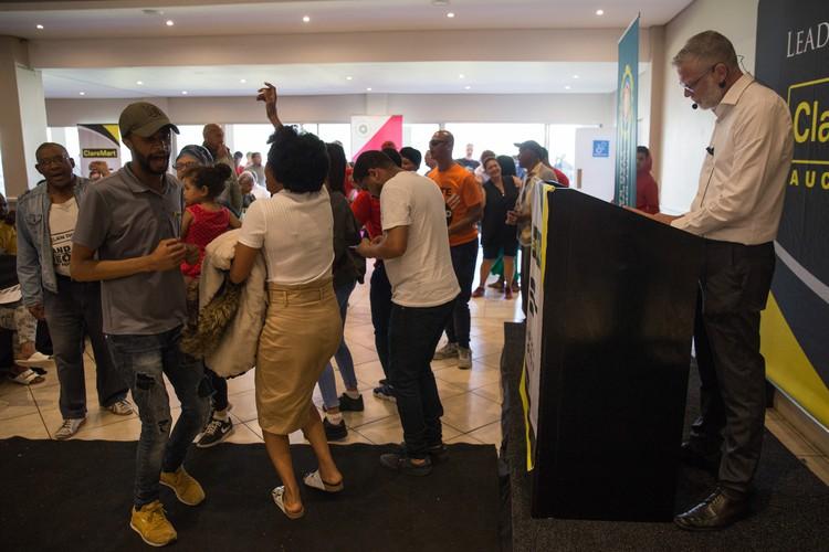 Betogers ontwrig die veiling van die 'gesette' gesin se huis in Kaapstad - TimesLIVE