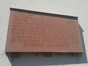 """Photo: """"Protestantismus je jeden z hlavních směrů křesťanství, vycházející z náboženských reformních hnutí západní Evropy pozdního středověku a raného novověku, především z reformace, zahájené vystoupením Martina Luthera proti prodeji odpustků roku 1517. Označení protestanté bylo původně politické a vztahovalo se na luteránská knížata a města, která na říšském sněmu ve Špýru (Speyer) roku 1529 protestovala proti zákazu reformace ve Svaté říši římské. Počínaje vestfálským mírem r. 1648[1] se označení rozšířilo na všechny křesťany vyznávající reformační a podobné nauky. Jiné označení pro protestanty je evangelíci, což odkazuje k jejich důrazu na bibli, evangelium."""" (wikipedie)"""