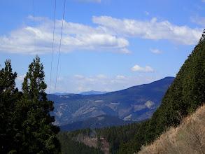 西に智者山、奥に岩岳山