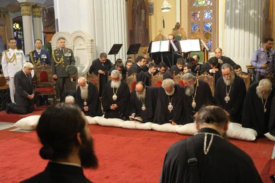 χριστιανοί και πρόεδρος της δημοκρατίας προσκυνούν.