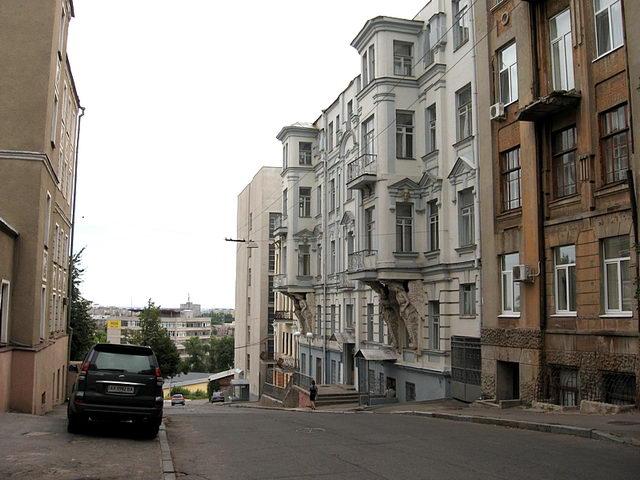 Тиха та затишна вул. Губернаторська в радянські часи отримала ім'я Революції. І недаремно!