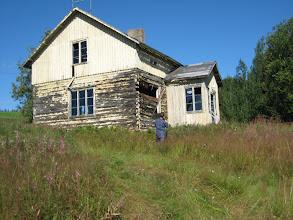 Photo: Hoe is dat gat daar ontstaan? Dit vervallen huis riep vele vragen bij me op.