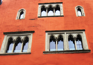 Photo: tady často s velice neobvyklými okny