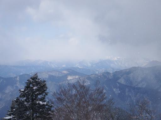 白いのは花房山、左に貝月山