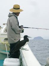 Photo: ・・だったらここで。 「おーい、おじさーん! ワシにも魚釣ってくれー!」 時々、羽をバタつかせて、井上さんにお願いしてました!