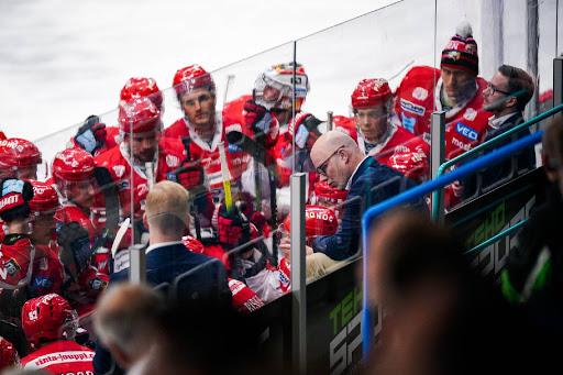 Vaasan Sportin päävalmentaja Dufva ohjeistaa joukkuettaan