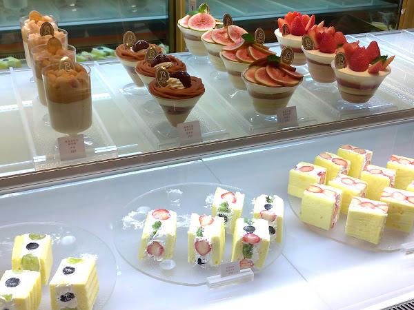 昨天微風南山開幕首日,也去La vie bonbon(法文應是美好生活咖啡)朝聖. 排隊的人超多很熱鬧, 雖是意料中的事. 但被嚇到的是該店蛋糕的價格, 的確不便宜, 甚至很高貴~ 🤔🤔🤔  小