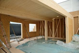 Photo: 08-11-2012 © ervanofoto Het dak van de woonst is al half gedicht.