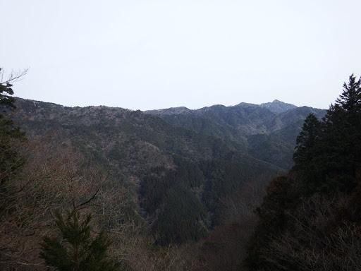 岩の上から展望(右奥に鎌ヶ岳)