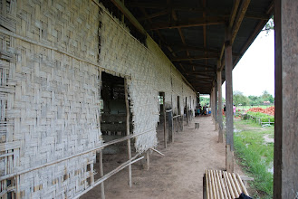 Photo: La photo actuelle de l'école Ban Saeng.. Le mur à refaire..
