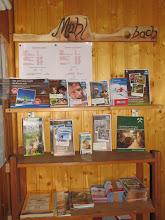 Photo: In der Sporta-Hütte liegen ausführliche Informationen in deutscher und englischer Sprache auf.
