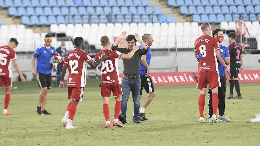 Mario Silva celebrando con la plantilla la victoria contra el Sporting.