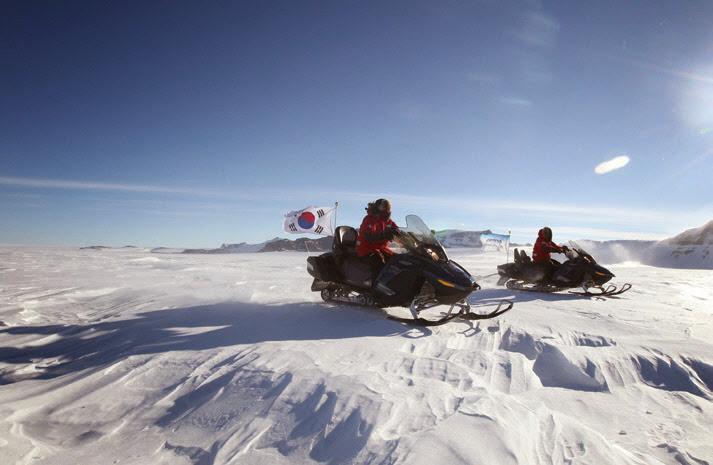 탐사중인 남극운석탐사대