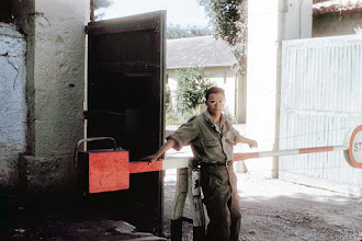 Photo: CRALAT 674 - Gilles Mengual de garde au poste de police- 1958