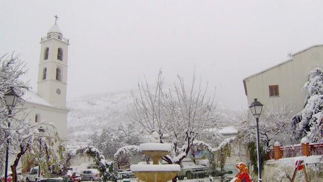 La plaza de Bacares tras una nevada. Imagen del Ayuntamiento.