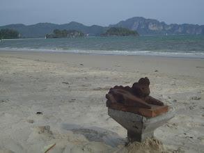 Photo: Modell des Glückswächters in Flussschlamm an der andamanischen Küste in Thailand