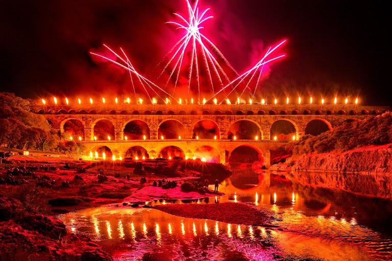Вечерняя подсветка Pont du Gard, Pont du Gard (Пон дю Гар) - Прованс, Франция. Описание, фотографии, как проехать. Достопримечательности Прованса, путеводитель по городам Прованса и Франции, римский акведук мост, достопримечательности ЮНЕСКО во Франции, самые красивые места во Франции, лучшие места во Франции, лучшие памятники Франции