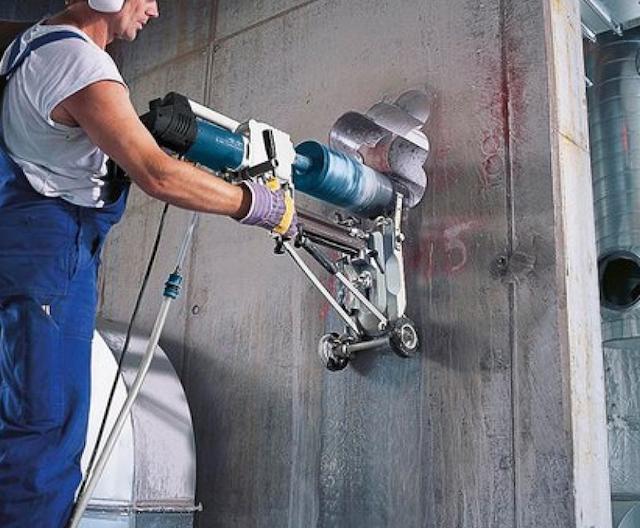 Máy khoan rút lõi bê tông Bosch GDB 2500 WE có trọng lượng 11,9kg