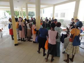 Photo: Sn3S0007-Dakar Pouponnière, préau, filles résidentes découvrant les dons de 3 anglaises DSC00601